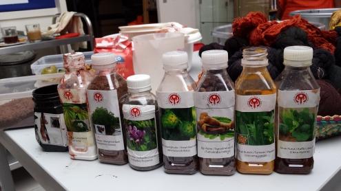 Alle plantenmatriaal geplet, geperst, verpulverd en in potjes