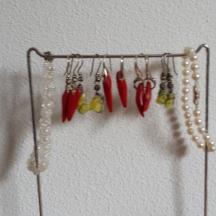 lava oorbellen en koraal oorbellen en 2 handgeknoopte parelarmbandjes