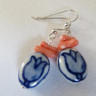 Roze koraal en delfts blauwe tulpjes zilveren oorbellen